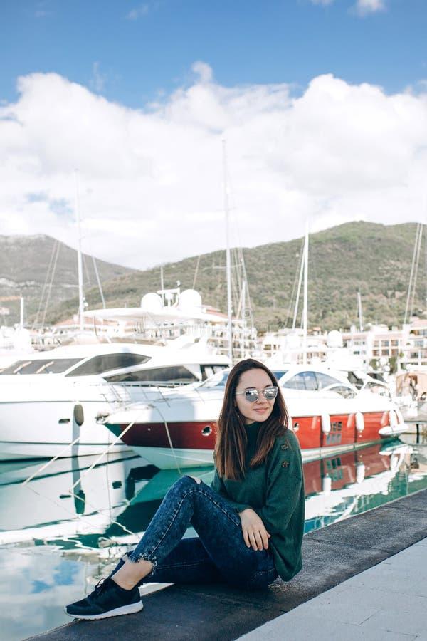 Una chica joven hermosa en gafas de sol fotos de archivo