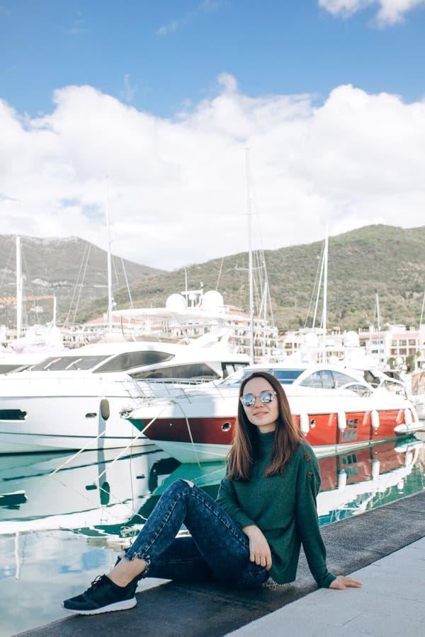 Una chica joven hermosa en gafas de sol fotografía de archivo