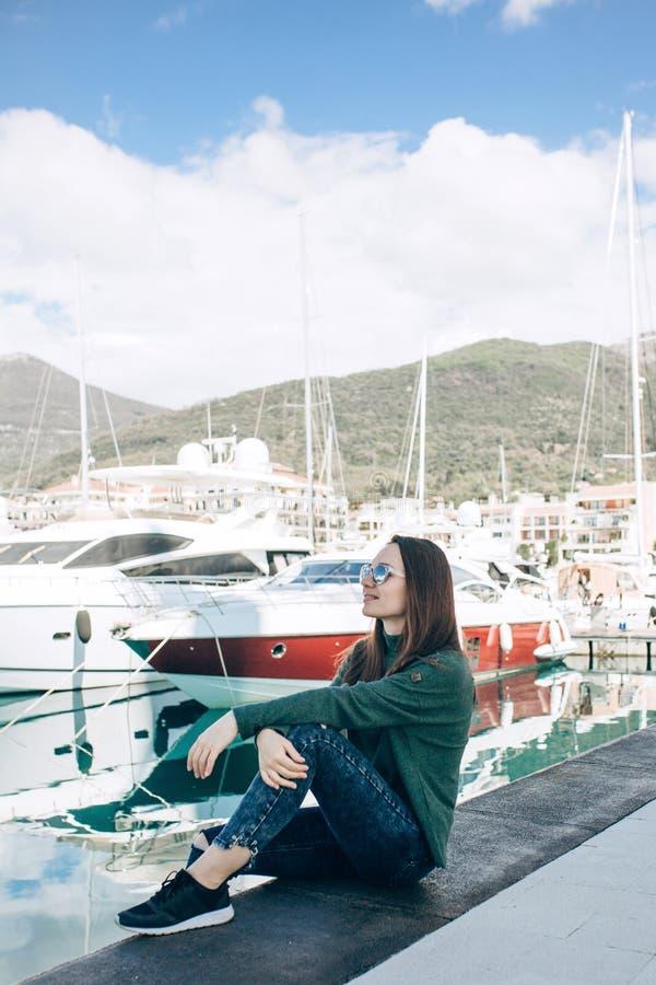 Una chica joven hermosa en gafas de sol foto de archivo libre de regalías