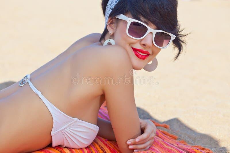 Una chica joven hermosa en mirada retra con los labios rojos en un interruptor blanco imagen de archivo libre de regalías