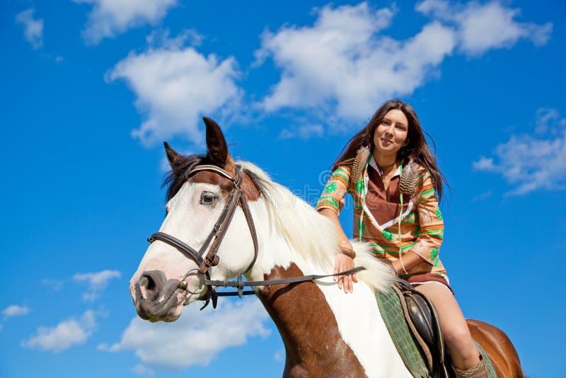 Una chica joven monta un caballo. foto de archivo