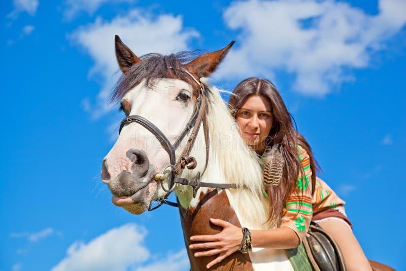 Una chica joven monta un caballo. imagenes de archivo
