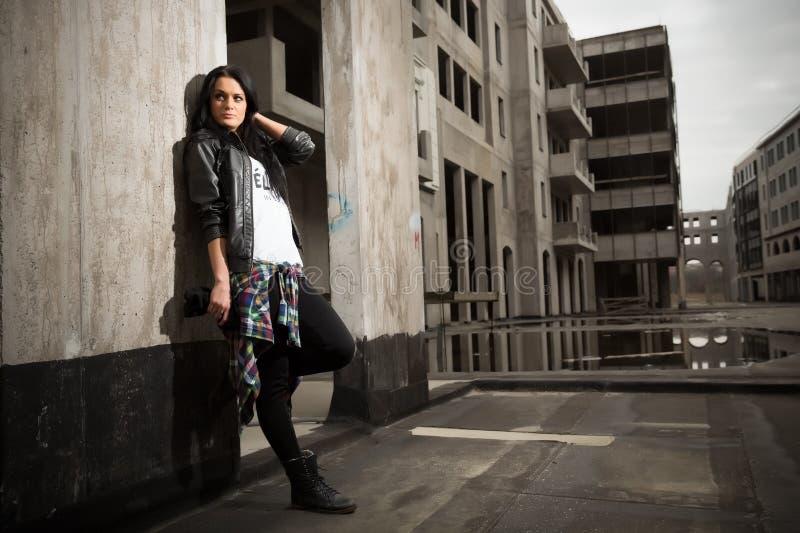Una chica joven negro-cabelluda hermosa imágenes de archivo libres de regalías