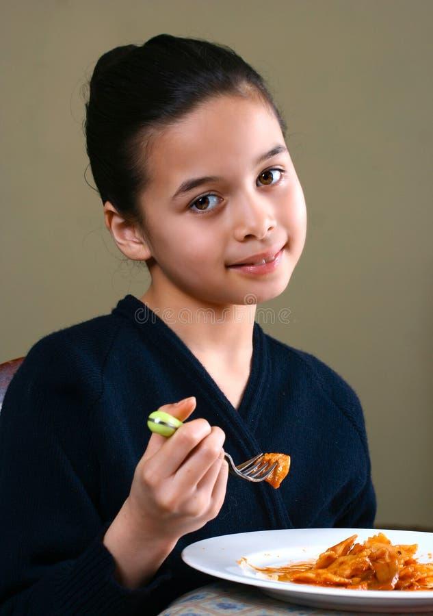 Una chica joven que disfruta de una comida sana foto de archivo