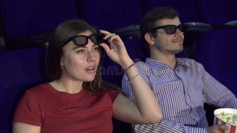 Una chica joven se sienta al lado de un individuo y muy sorprendido sobre algo fotografía de archivo