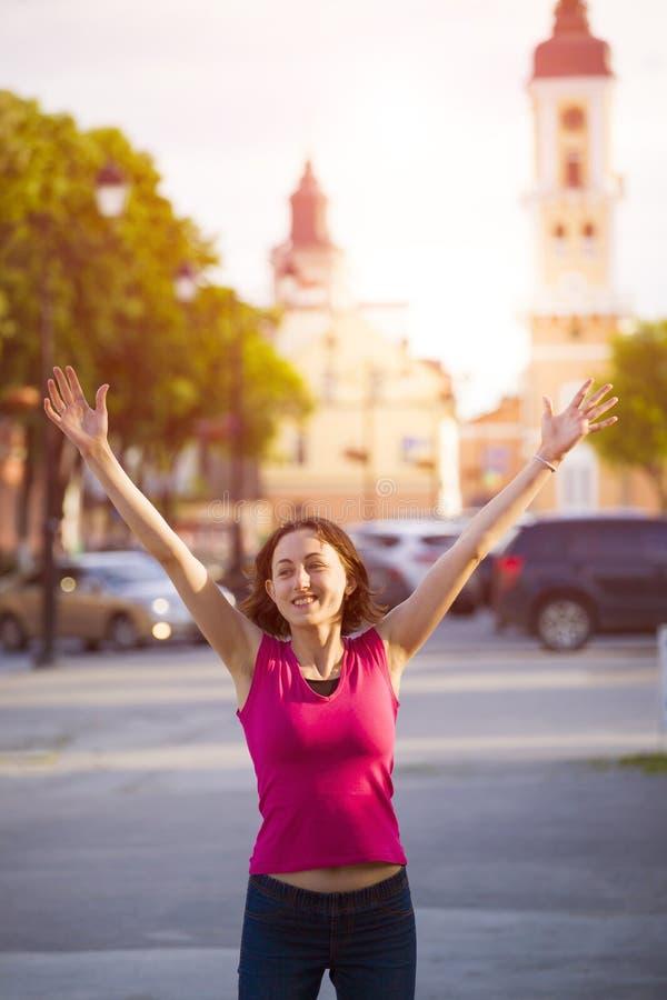 Una chica joven siente un sentido de la alegría foto de archivo libre de regalías