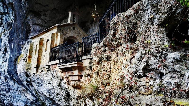 Una chiesa dentro una caverna immagini stock libere da diritti