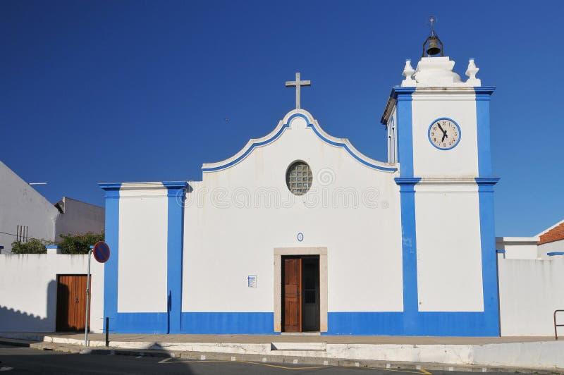 Una chiesa portoghese tipica nel villaggio della regione Portogallo di Vila Nova de Milfontes Odemira Alentejo fotografie stock libere da diritti
