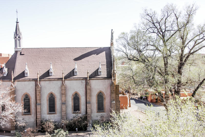 Una chiesa in terra sterile fotografia stock libera da diritti