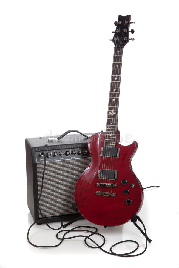 Una chitarra elettrica e un ampère su un fondo bianco con lo spazio della copia immagine stock