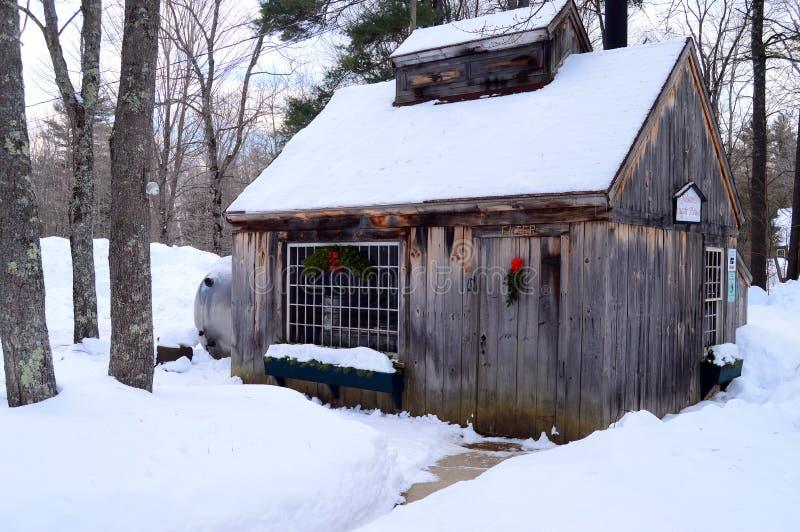 Una choza de arce azucarero en Navidad imágenes de archivo libres de regalías