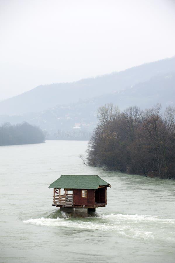 Una choza en las rocas en el medio del río del drina en Serbia imágenes de archivo libres de regalías