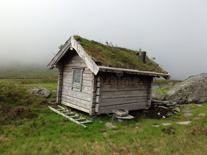 Una choza vieja de la montaña fotos de archivo