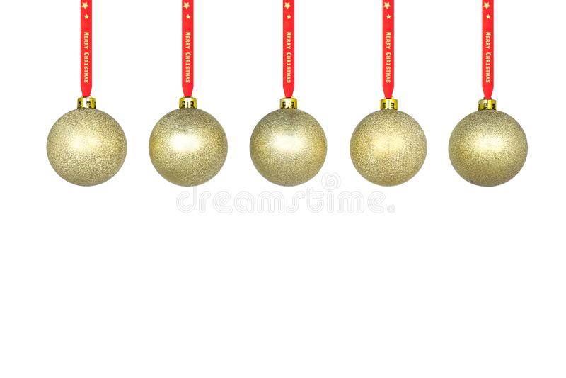 Una chuchería amarilla de la Navidad que cuelga en una cinta roja, aislada en un fondo blanco con un espacio de la trayectoria qu fotografía de archivo