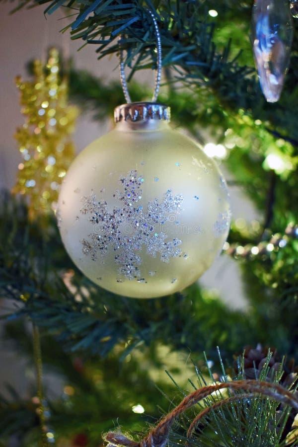 Una chuchería de la Navidad que cuelga en el árbol fotografía de archivo libre de regalías