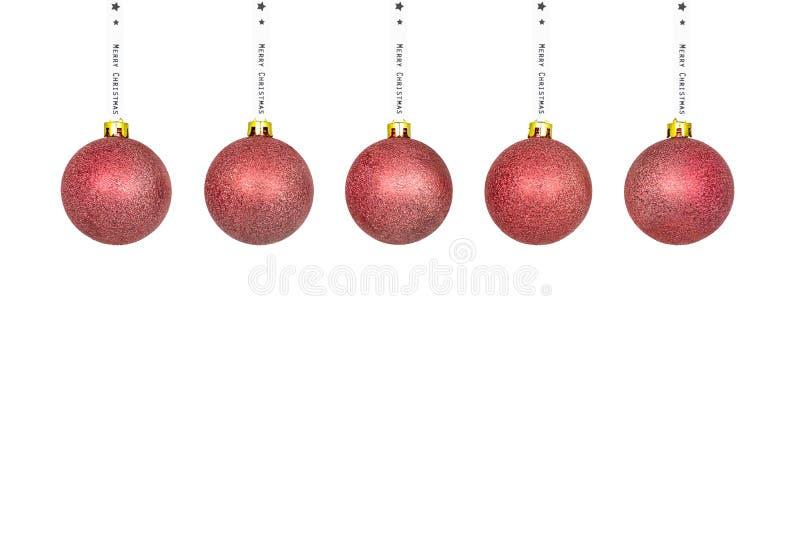 Una chuchería rosada de la Navidad que cuelga en una cinta blanca, aislada en un fondo blanco con un espacio de la trayectoria qu foto de archivo libre de regalías