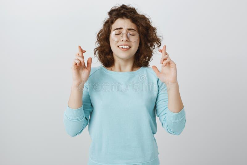 Una cierta esperanza puede ayudar a solucionar el problema El retrato de la mujer apuesta preocupante con el pelo rizado en vidri fotografía de archivo