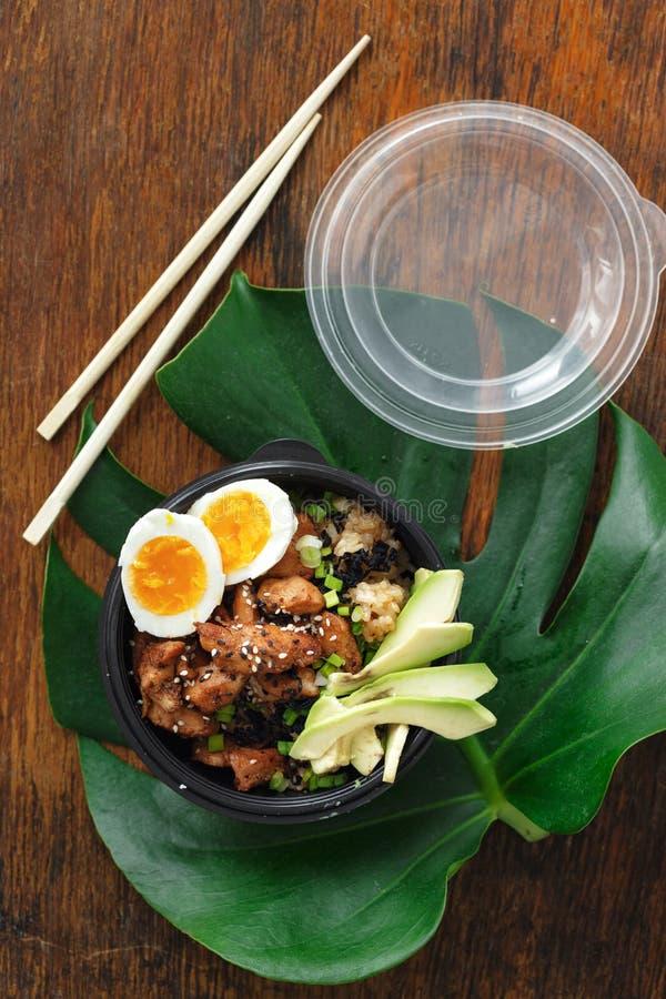 Una ciotola di due colpi ha fritto le uova della carne di pollo del riso scatola l'asiatico di vista superiore per portare via l' immagini stock