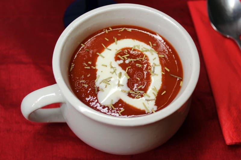 Una ciotola di minestra del pomodoro fotografia stock