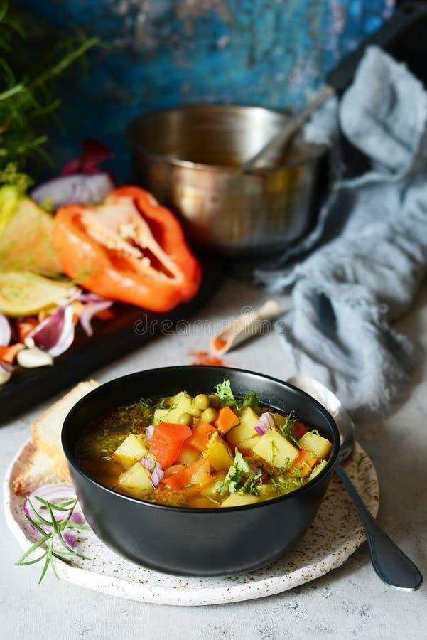 Una ciotola di minestrone italiano delizioso della minestra di verdura fotografia stock libera da diritti