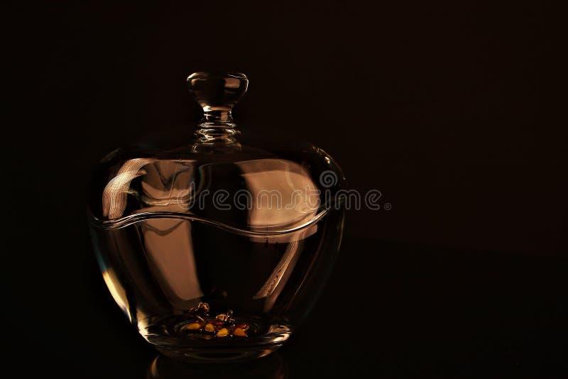 Una ciotola di vetro per i gioielli del ` s delle donne immagine stock libera da diritti
