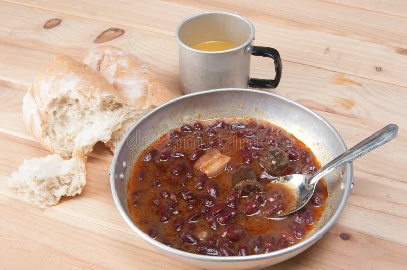 Una ciotola di zuppa di fagioli casalinga del peperoncino rosso con carne immagini stock libere da diritti