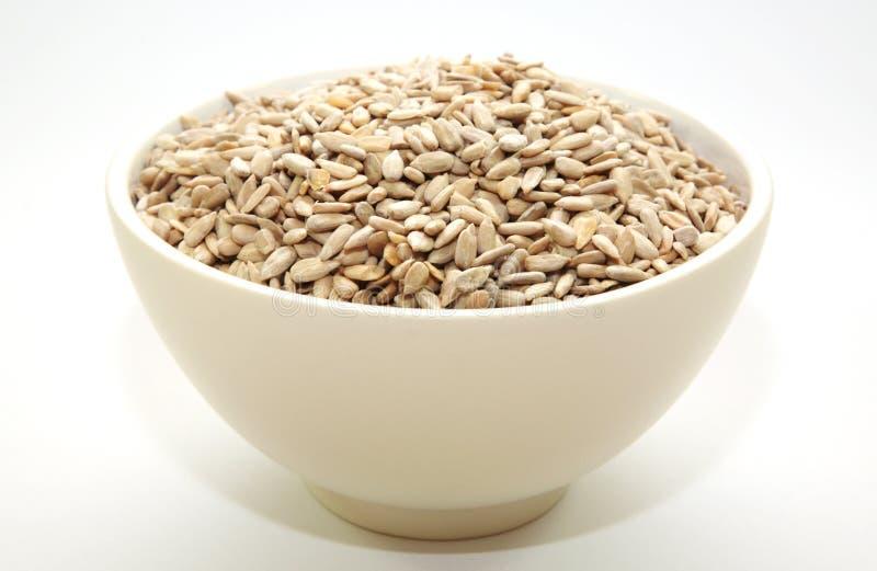 Una ciotola in pieno di semi di girasole fotografie stock