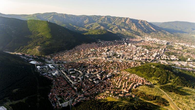 Una città di Sliven da sopra, la Bulgaria immagini stock