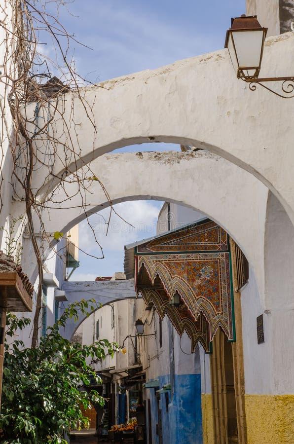 Una ciudad asombrosa en Marruecos, Rabat, Medina, calles estrechas, entrelazamiento de los arcos que conectan las paredes, fotografía de archivo libre de regalías