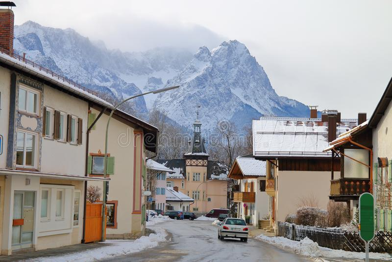 Una ciudad soñolienta en las montañas fotografía de archivo
