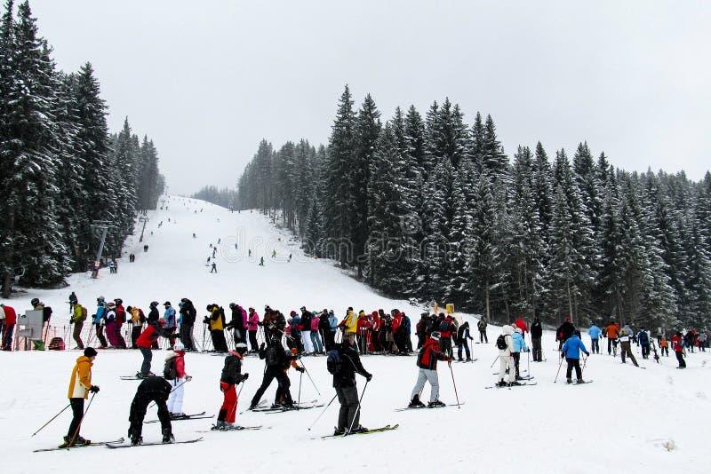Una cola enorme de esquiadores en el remonte en el fondo de las cuestas del esquí Bulgaria, Bansko- 3 de enero de 2011 fotos de archivo libres de regalías