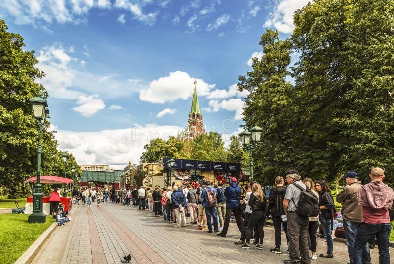 Una cola larga de turistas en el jardín de Alexander para que boletos visiten la Moscú el Kremlin mosc? imagen de archivo