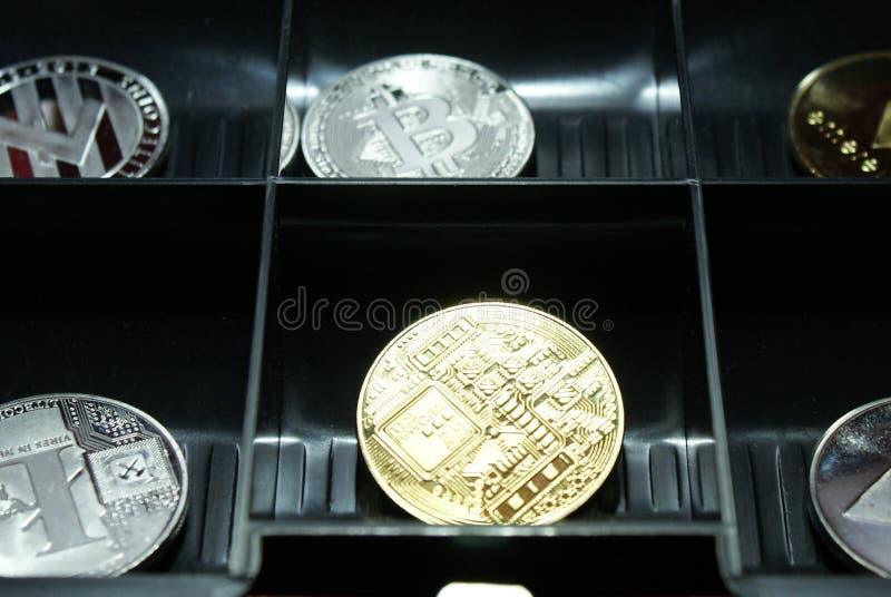 Una colección de cryptocurrency en un lockbox fotografía de archivo