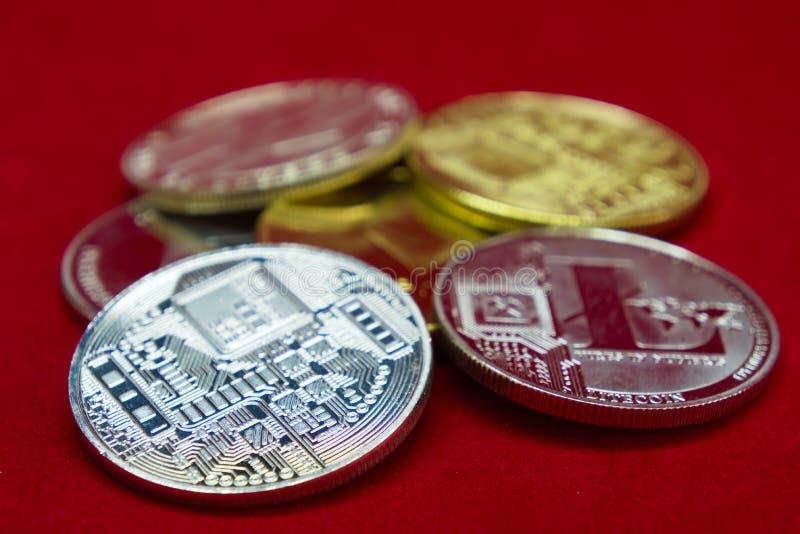 Una colección de monedas del cryptocurrency de la plata y del oro imagen de archivo
