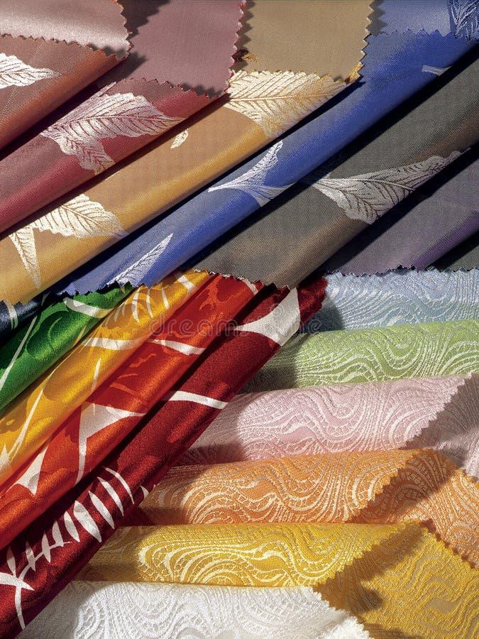 Una colección de pedazos coloreados de tela Líneas elegantes Todavía vida 1 imágenes de archivo libres de regalías