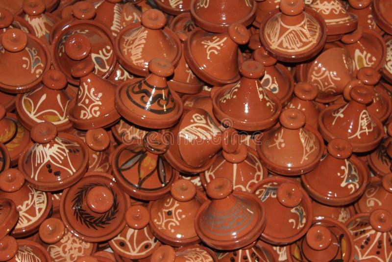 Una colección de pequeños tangines de la cerámica en Marruecos fotos de archivo libres de regalías