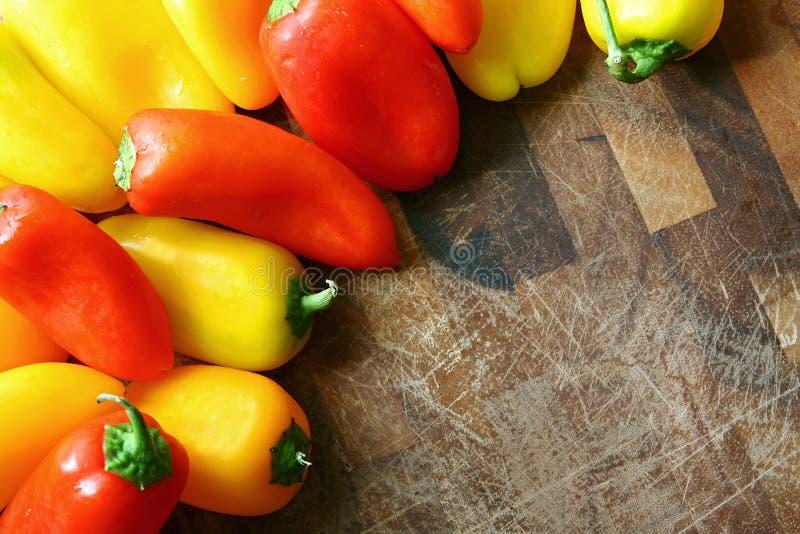Download Una Colección De Pimientas Dulces Rojas Y Amarillas Que Confinan Cutt De Madera Foto de archivo - Imagen de brillante, fruta: 41903184