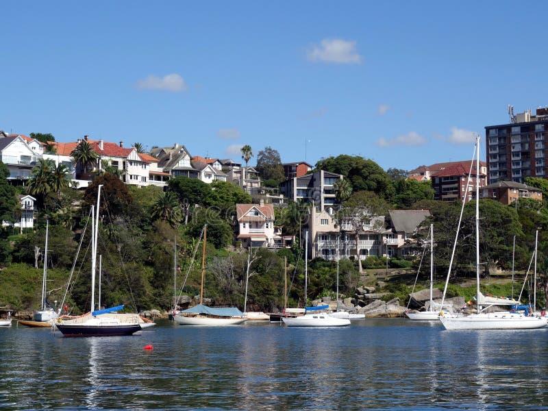 Una colección de yates en el ancla en una bahía en Sydney Harbour cerca del MOS foto de archivo libre de regalías