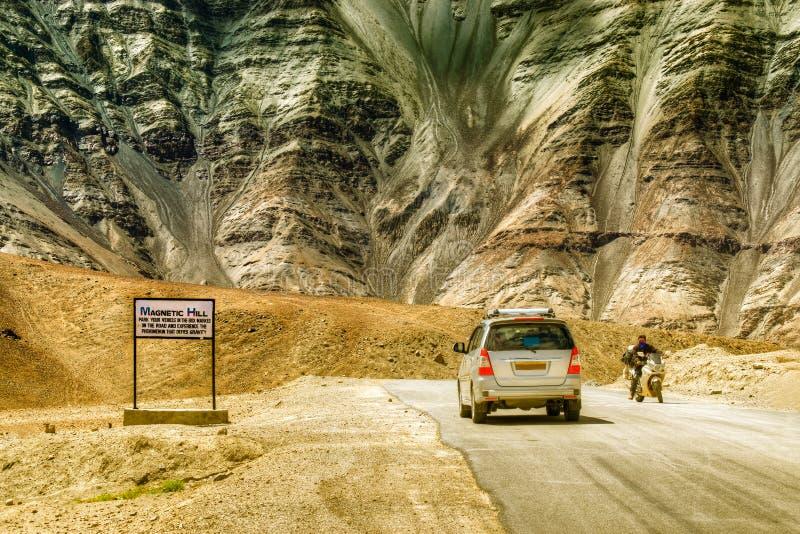 Una colina de la gravedad donde los coches despacio se dibujan contra gravedad se conoce famoso como colina magnética fotografía de archivo libre de regalías