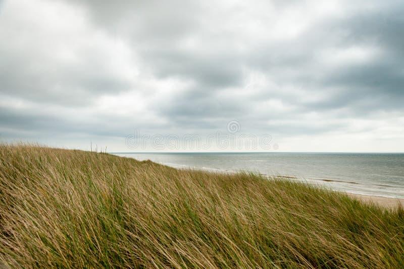 Una colina herbosa en Francia septentrional fotografía de archivo