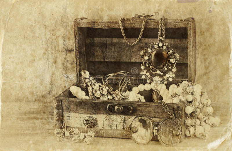 Una collezione di gioielli d'annata in contenitore di gioielli di legno antico retro immagine filtrata Foto di vecchio stile fotografie stock libere da diritti