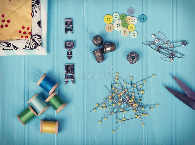 Una collezione di oggetti di cucito fotografia stock libera da diritti