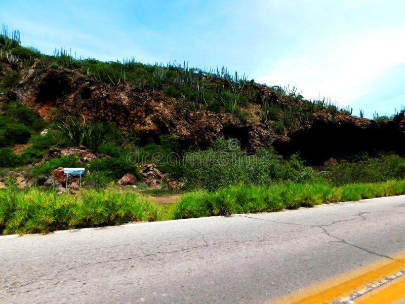 Una collina con una caverna fotografia stock libera da diritti