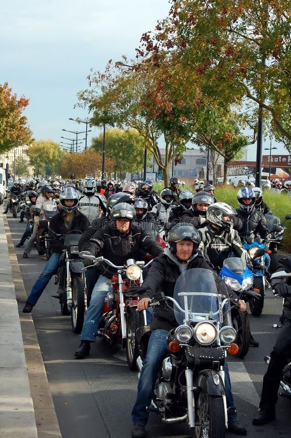 Una colonna dei motociclisti in Bordeaux, Francia fotografia stock
