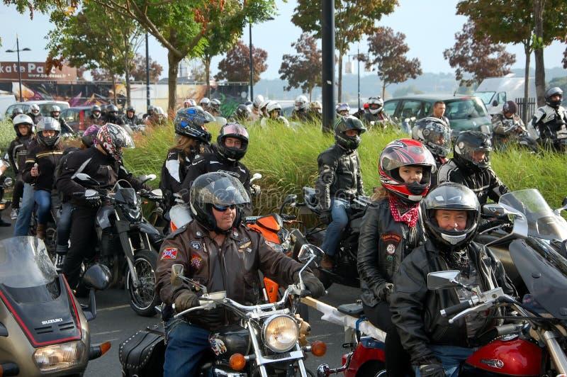 Una colonna dei motociclisti in Bordeaux, Francia fotografie stock libere da diritti