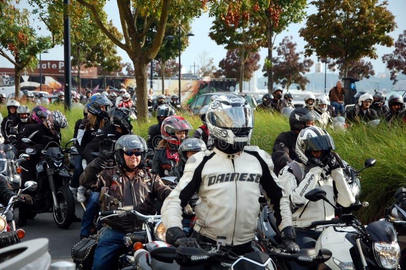 Una colonna dei motociclisti in Bordeaux, Francia fotografia stock libera da diritti