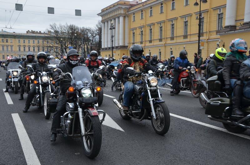 Una colonna dei motociclisti fotografie stock libere da diritti