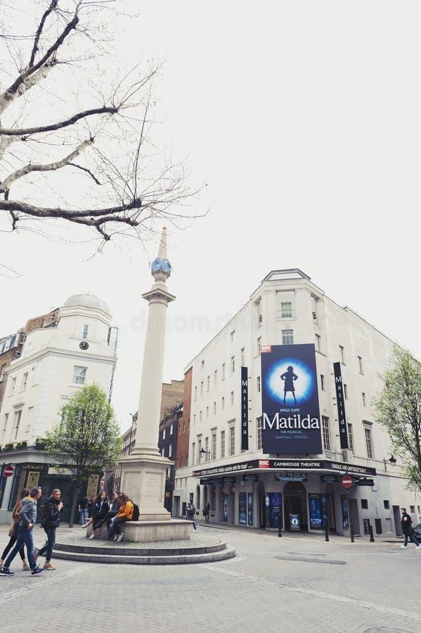 Una colonna a sette quadranti, un piccolo bivio della meridiana nel giardino di Covent alla fine il West End di Londra immagini stock