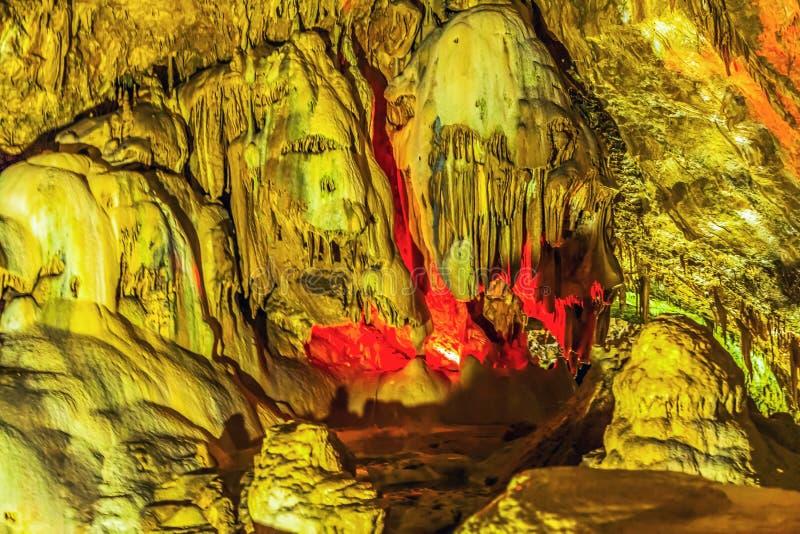 Una composizione delle stalattiti e delle stalagmite nella nuova caverna di Afon L'Abkhazia fotografia stock
