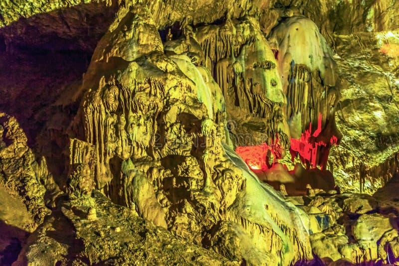 Una composizione delle stalattiti e delle stalagmite nella nuova caverna di Afon L'Abkhazia immagini stock libere da diritti